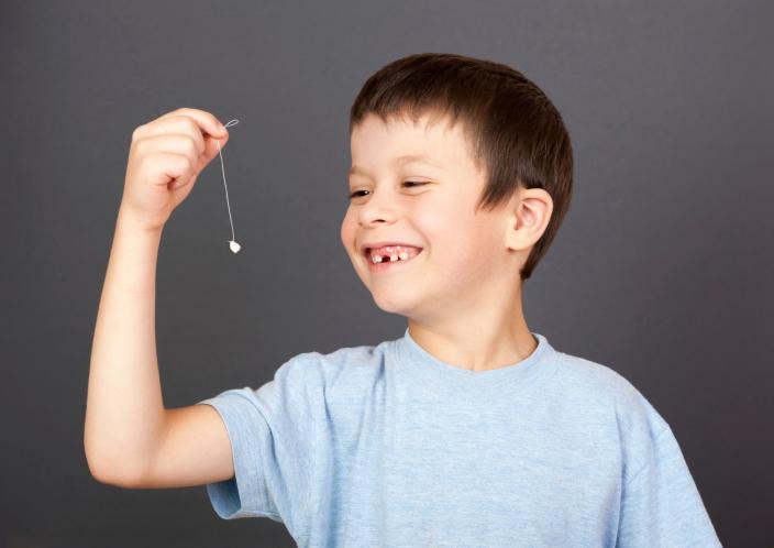 Как вырвать ребенку молочный зуб в домашних условиях - инструкция