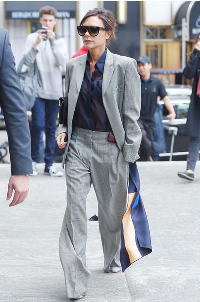 Виктория Бекхэм в классических брюках и пиджаке мужского типа