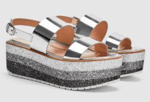 Трехцветная платформа и блестящая отделка этих сандалий сразу же привлекают внимание