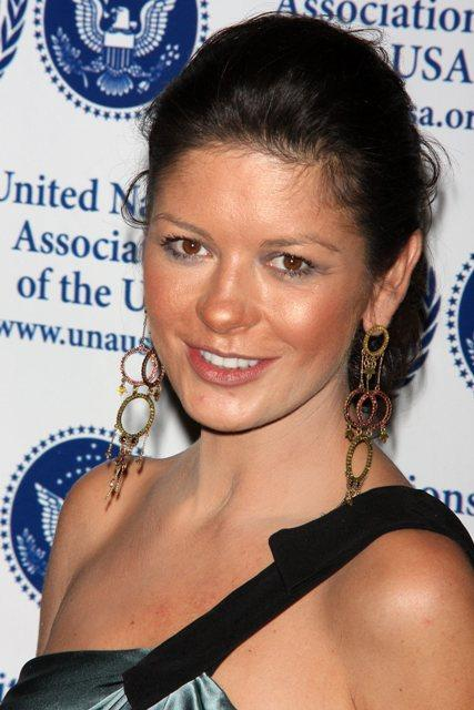 Кэтрин Зета-Джонс: перебор с бронзатором при невнятном макияже добавило возраста