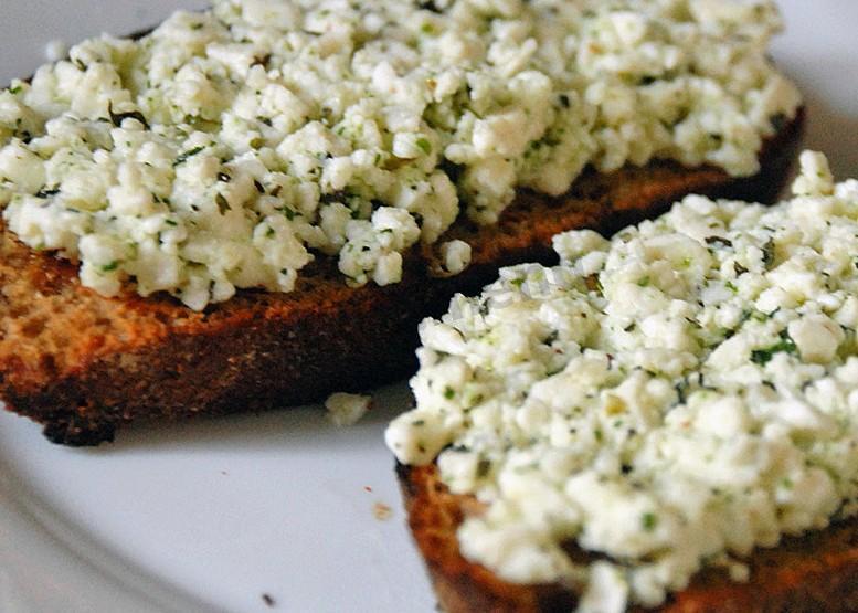Бутерброд с творогом, огурцом и зеленью