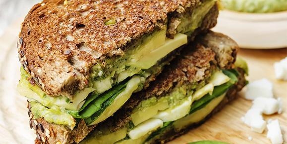 Бутерброд с творогом, бананом и авокадо
