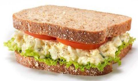 Бутерброд с тунцом, помидором и яйцом