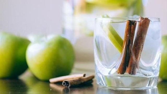 Детокс вода с корицей и яблочным соком