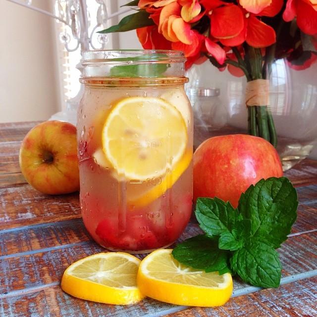 Детокс вода с клубникой, яблоком, корицей
