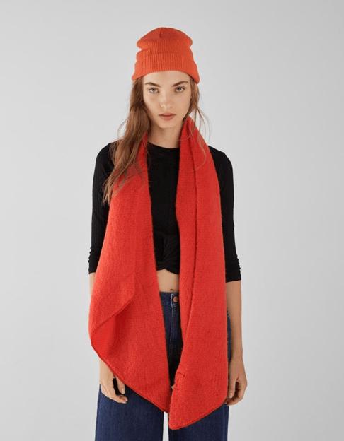 Длинный красный шарф