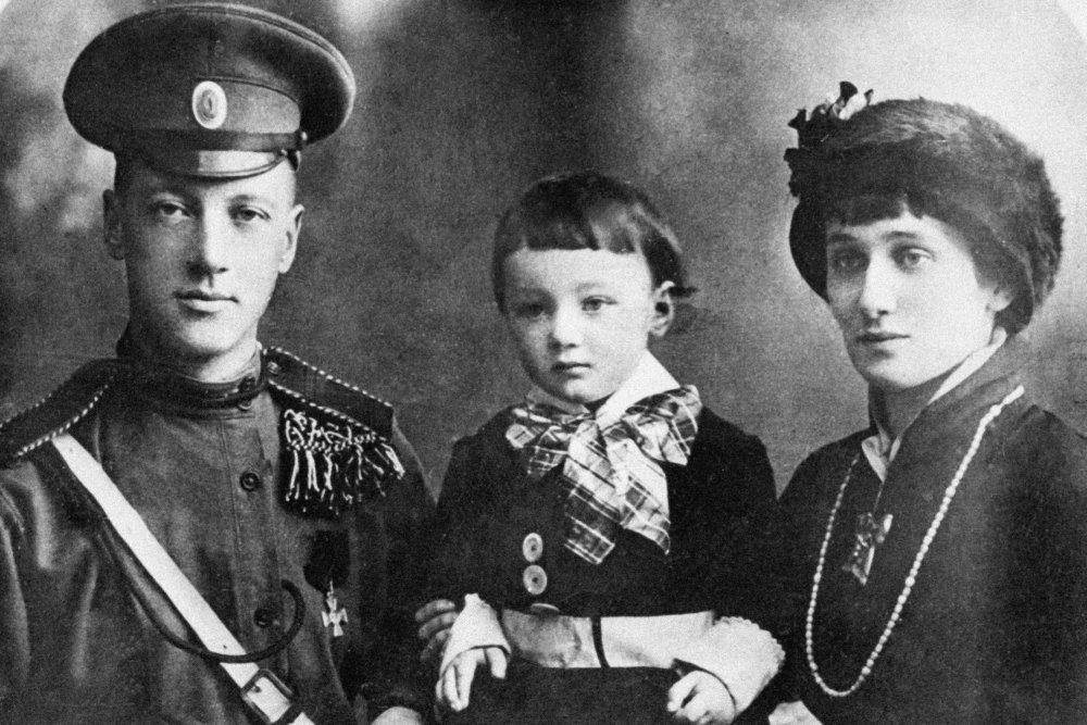 Николай Гумилев и Анна Ахматова с сыном Львом. 1915 год