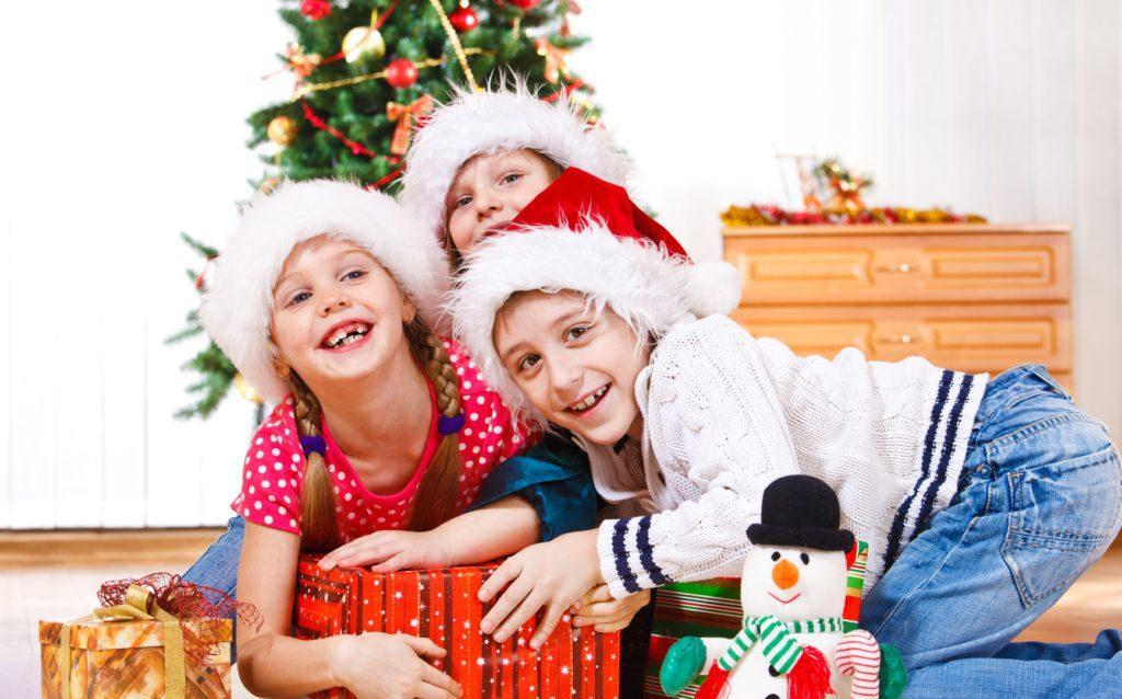 Дети играют в новогоднюю ночь