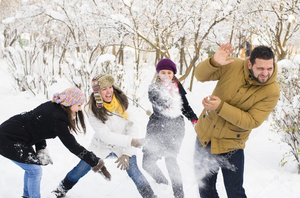 Играть в снежки