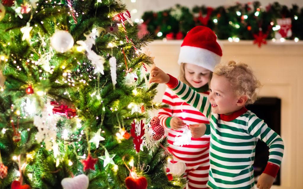 Игры с детишками вокруг новогодней ёлки