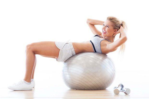 Упражнение на фитболе для косых мышц