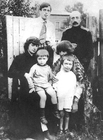 Стоят (слева направо) - муж Марины Цветаевой Сергей Эфрон, муж Анастасии Цветаевой Маврикий Минц, сидят – Анастасия с сыном Андреем и Марина с сыном Георгием