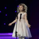 Девочка поет песню