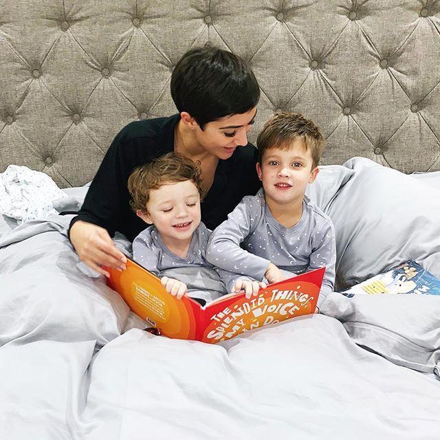 Фрэнки Бридж детьми в постели