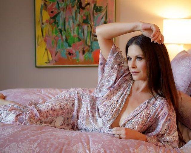 Кэтрин Зета-Джонс на кровати