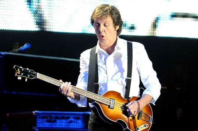 Пол Маккартни с гитарой2