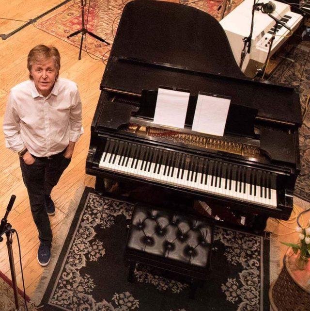 Пол Маккартни возле рояля