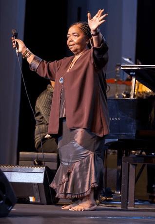 Сезария Эвора выступление на сцене