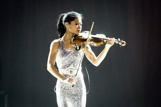 Ванесса Мэй играет на скрипке1