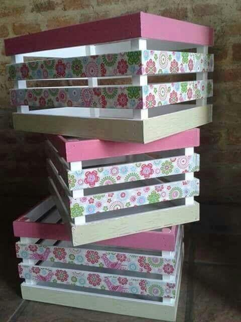 Деревянные ящики для хранения игрушек в детской комнате