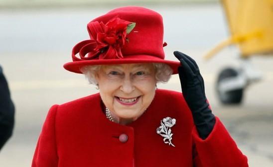 Елизавета II в красном