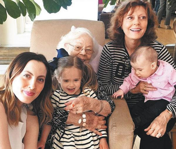 Сьюзен Сарандон с дочерью и внуками на Дне рождения своей мамы