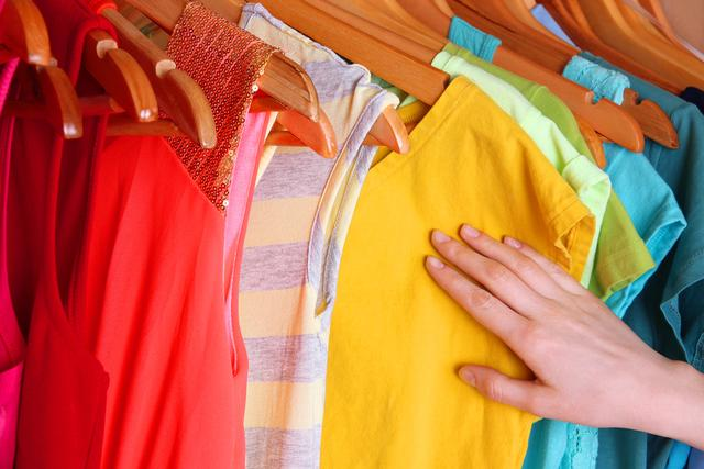 Пятна от полинявшей одежды на цветных вещах - как вывести правильно