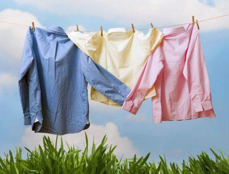 Как вывести пятна с цветной одежды, не испортив её