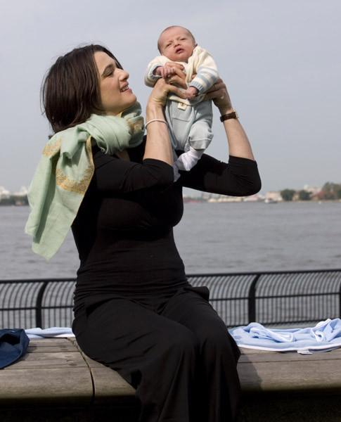Рэйчел Вайс с дочерью