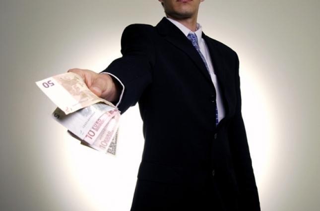 Мужчина дает деньги