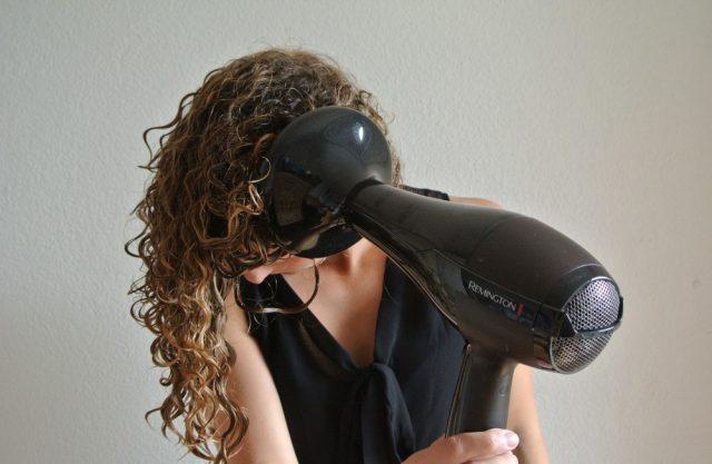 Сушить феном кудрявые волосы