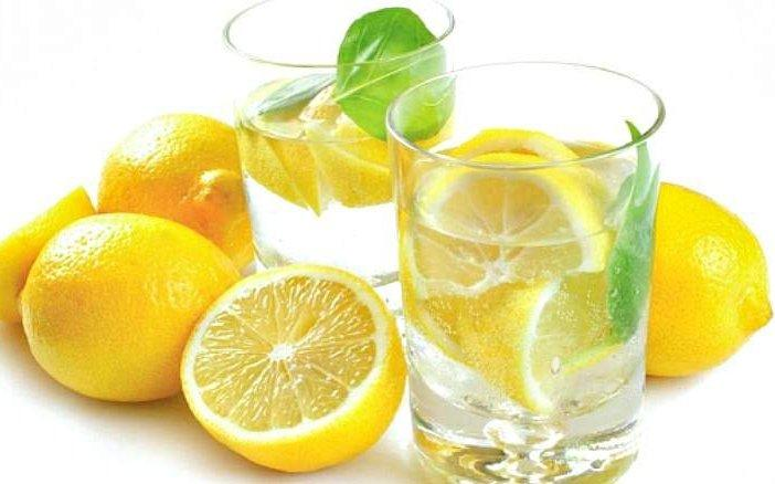 Свежевыжатый лимон с водой