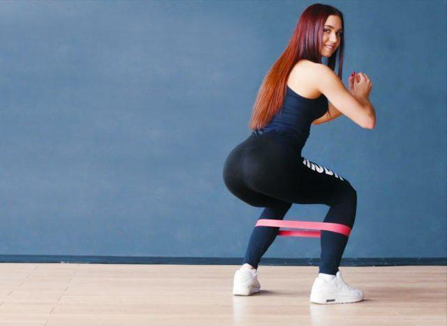 9 упражнений для ног и ягодиц с резинкой для фитнеса