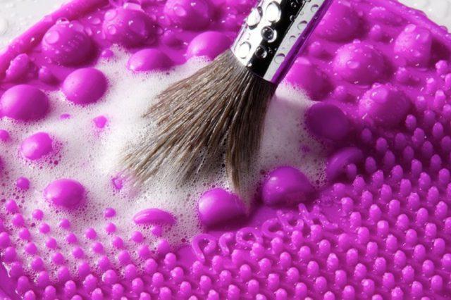 Мыть синтетические кисти