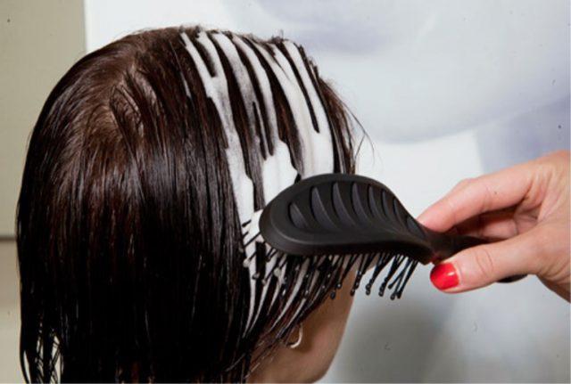 Нанести на волосы пенку