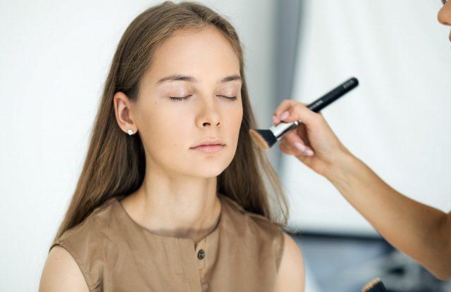 Наносим базу под макияж