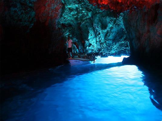 Хорватия, Голубая пещера на острове Бишево