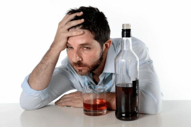 Мужчина с алкогольной зависимостью