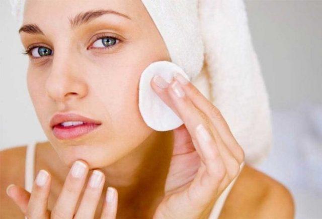 Тщательно очищать лицо