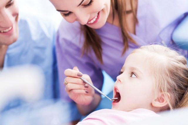 Чистить и лечить молочные зубы