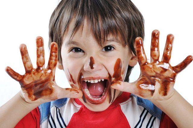 Как вывести пятна шоколада с ткани