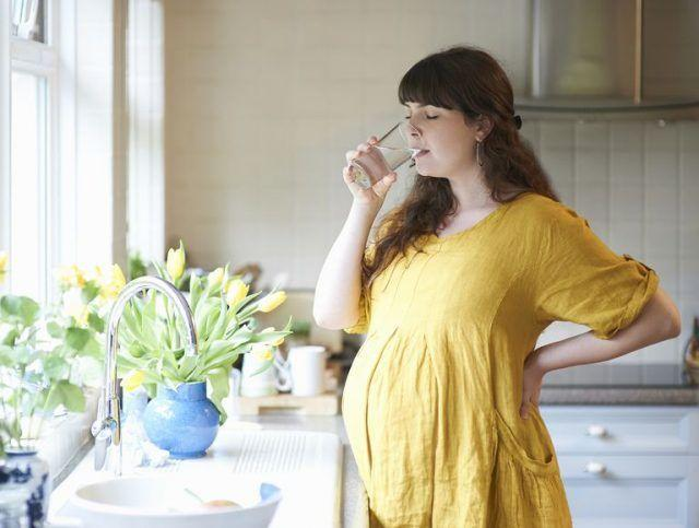При беременности для сохранения здоровья и красоты надо правильно пить воду