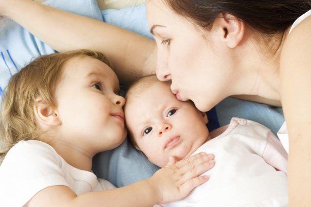 Ребенок ко всем ревнует - причины и что делать с детской ревностью