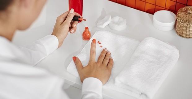 Как удалить лак с ногтей в домашних условиях без ацетона