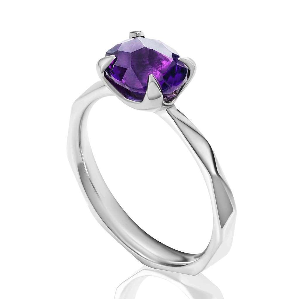 кольцо с темным аметистом