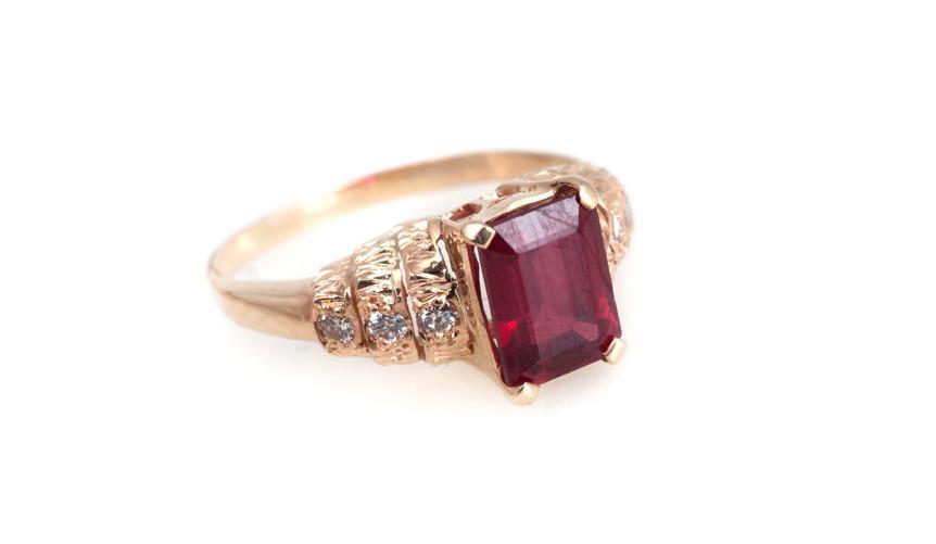 кольцо с крупным рубином