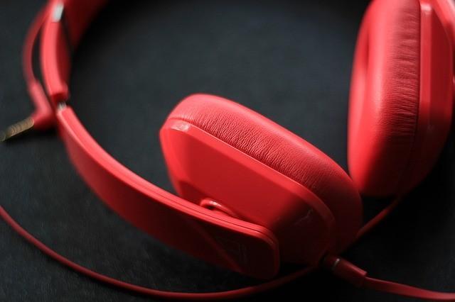 красные наушники