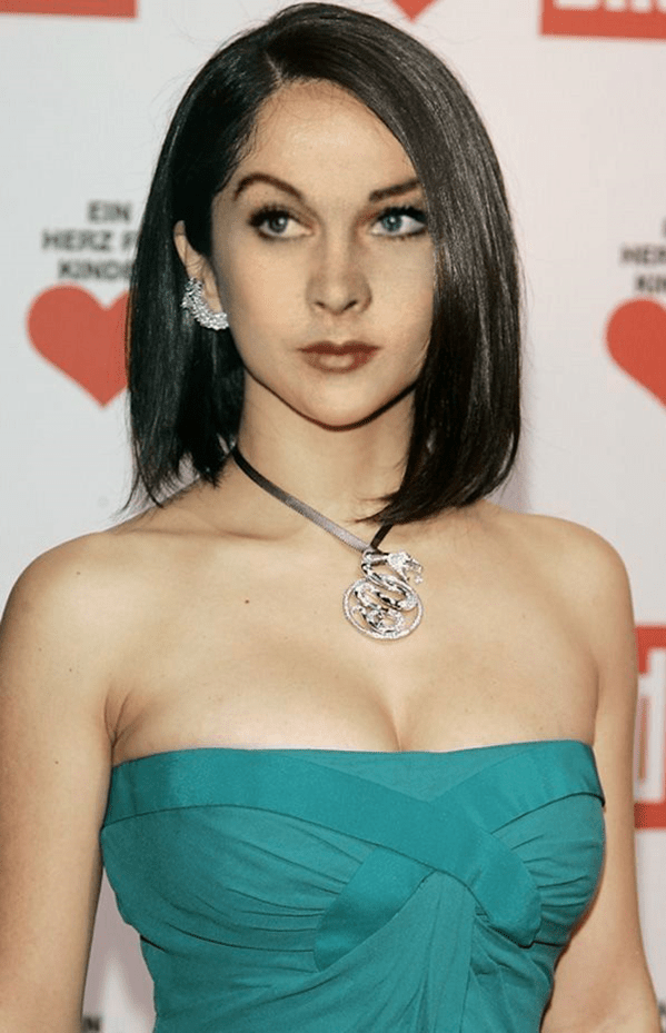 Многие женщины любят белые блузы, которые подчеркивают оттенок кожи и волос:5