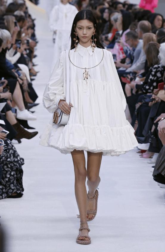 белое платье-парашют