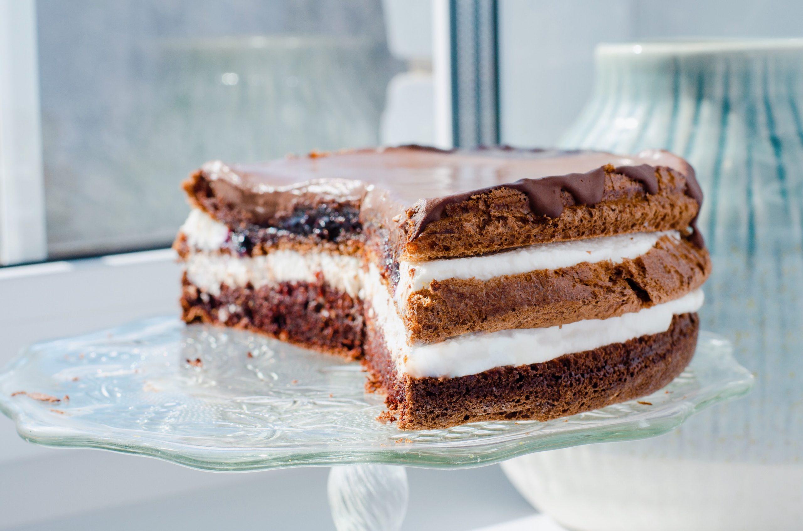 Шоколадный торт с черничной начинкой